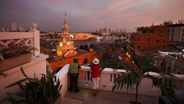 Un policía colombiano y un turista en Cartagena de Indias - Sputnik Mundo