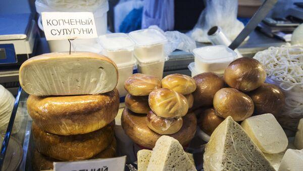 Productos lácteos en el mercado Dorogomílovski de Moscú - Sputnik Mundo