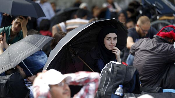 Migrants, mostly from Syria, wait at the main bus station in Istanbul, Turkey, September 15, 2015.  - Sputnik Mundo