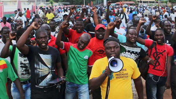Protestantes gritan eslóganes contra la guardia presidencial, Burkina Faso - Sputnik Mundo