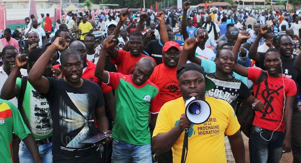 Protestantes gritan eslóganes contra la guardia presidencial, Burkina Faso