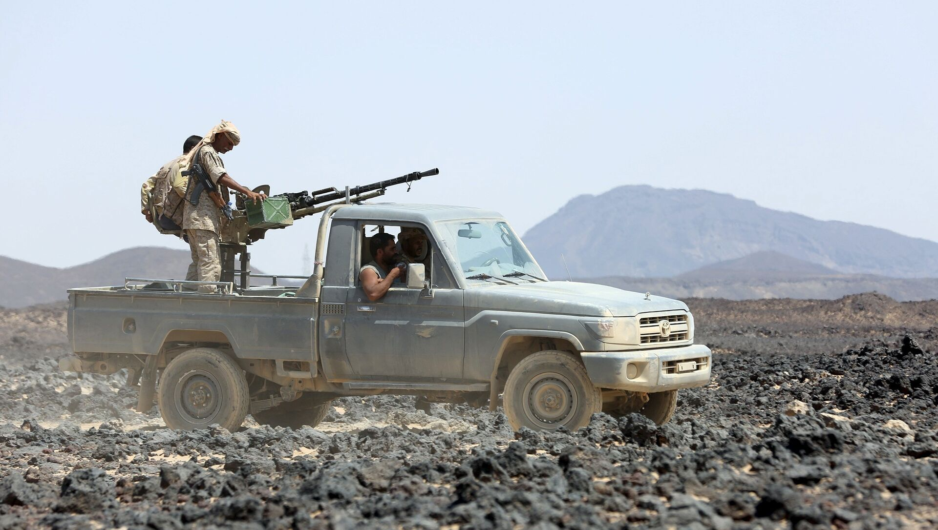 Soldiers loyal to Yemen's government ride on a pickup truck in the frontline province of Marib September 17, 2015.  - Sputnik Mundo, 1920, 10.02.2021