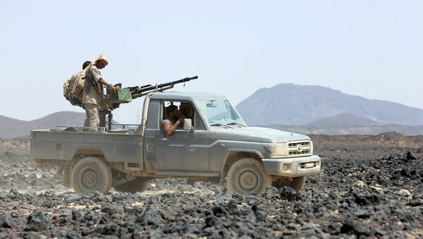 Soldiers loyal to Yemen's government ride on a pickup truck in the frontline province of Marib September 17, 2015.  - Sputnik Mundo