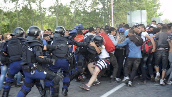 Choques entre inmigrantes y policías en la frontera serbio-húngara - Sputnik Mundo