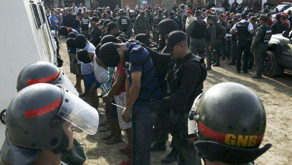 Soldados venezolanos detienen a un hombre sospechoso de estar vinculados a grupos paramilitares colombianos - Sputnik Mundo