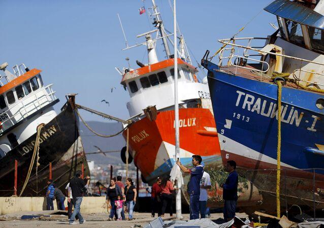 Los buques se ven en la calle después de un terremoto en Chile