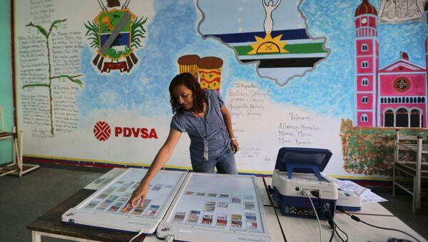 En un colegio electoral en Caracas - Sputnik Mundo