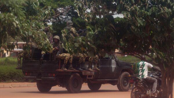 Members of the presidential guard look for protesters in Ouagadougou, Burkina Faso - Sputnik Mundo