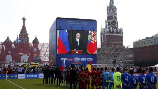 Vladímir Putin, Presidente de Rusia, durante la ceremonia dedicada al inicio de la cuenta atrás para el Mundial 2018 - Sputnik Mundo