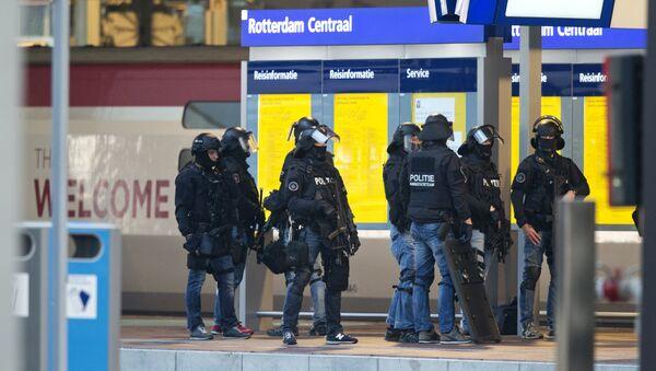 Policías estan de guardia cerca del tren Thalys en Róterdam, el 18 de septiembre, 2015 - Sputnik Mundo
