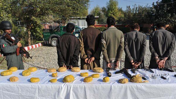Policías afganos y los sospechosos arrestados por llevar heroína - Sputnik Mundo