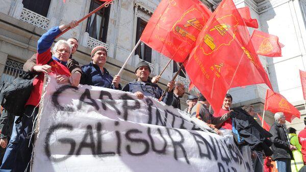 Obreros salen por la calle en Montevideo, Uruguay - Sputnik Mundo