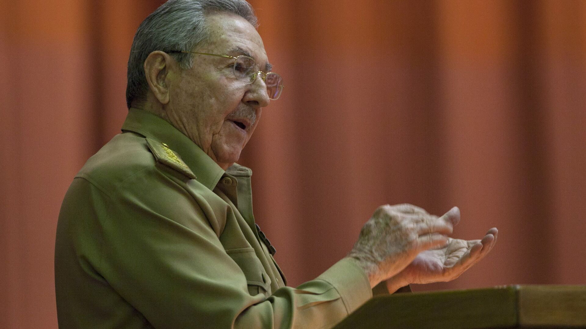 Cuba's President Raul Castro applauds as he addresses the National Assembly in Havana, Cuba, Wednesday, July 15, 2015 - Sputnik Mundo, 1920, 16.04.2021