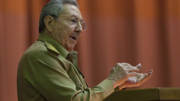 Cuba's President Raul Castro applauds as he addresses the National Assembly in Havana, Cuba, Wednesday, July 15, 2015 - Sputnik Mundo
