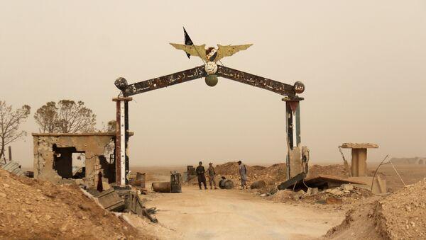 Miembros de Al Qaeda y sus aliados están cerca de la entrada del base aérea Abu al Duhur, Siria - Sputnik Mundo