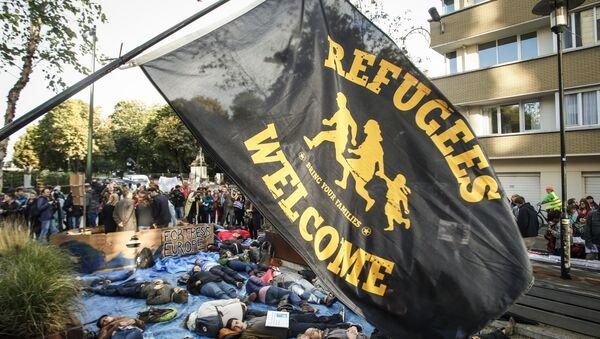 Protestantes en Bruselas con la bandera 'Bienvenido, refugiados' - Sputnik Mundo