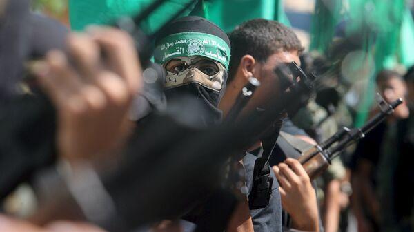 Palestinian Hamas militants take part in a protest against the Israeli police raid on Jerusalem's al-Aqsa mosque - Sputnik Mundo
