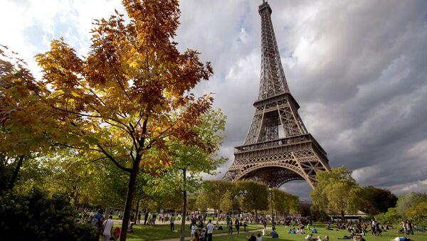 La Torre Eiffel en Paris - Sputnik Mundo