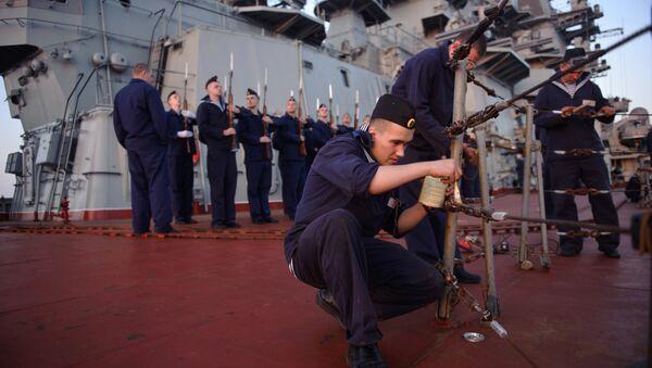 Marineros del crucero portamisiles nucleares Pedro el Grande en Tartus (archivo) - Sputnik Mundo