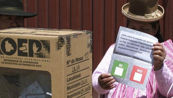 Miembro del comité de votación tiene una papeleta de votación durante un referéndum en Bolivia - Sputnik Mundo