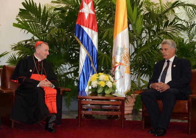 El primer vicepresidente de los Consejos de Estado y de Ministros de Cuba, Miguel Díaz-Canel Bermúdez (dcha.) y el secretario de Estado de la Santa Sede, cardenal Pietro Parolin