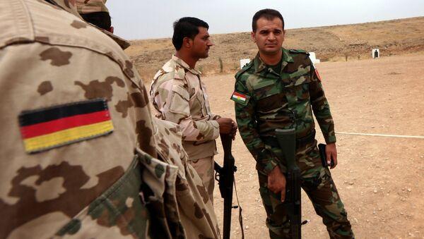 Un experto militar alemano habla con los guerreros curdos de Peshmerga - Sputnik Mundo