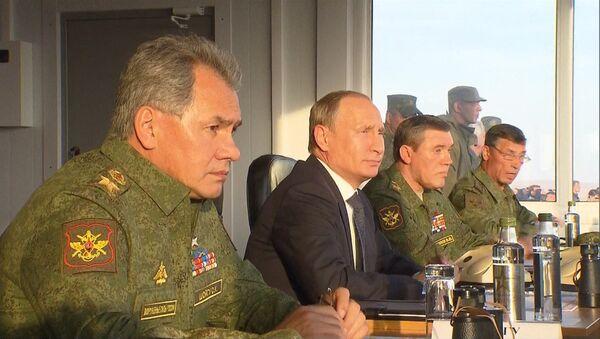 Putin inspecciona las maniobras militares Tsentr 2015 - Sputnik Mundo