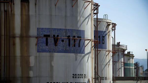 View of tanks containing refined oil at Mexican state-owned petroleum company PEMEX refinery in Tula, Hidalgo state, Mexico on March 8, 2011. - Sputnik Mundo