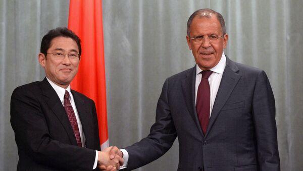 Serguéi Lavrov, canciller ruso, y su homólogo japonés, Fumio Kishida - Sputnik Mundo