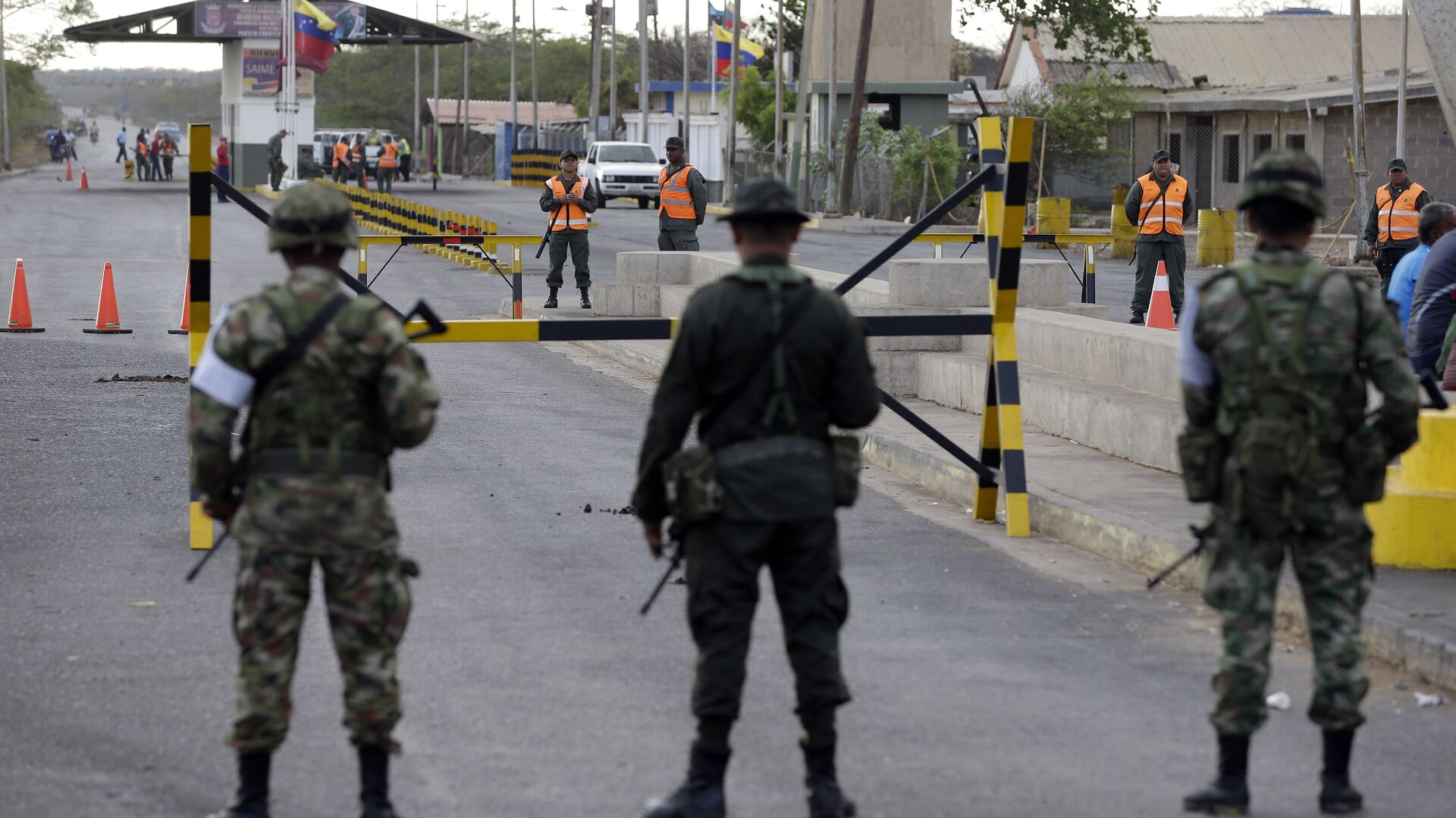 Colombian police officers and soldiers patrol the border between Colombia and Venezuela, in Paraguachon, Colombia, Wednesday, Sept. 9, 2015 - Sputnik Mundo, 1920, 02.06.2021