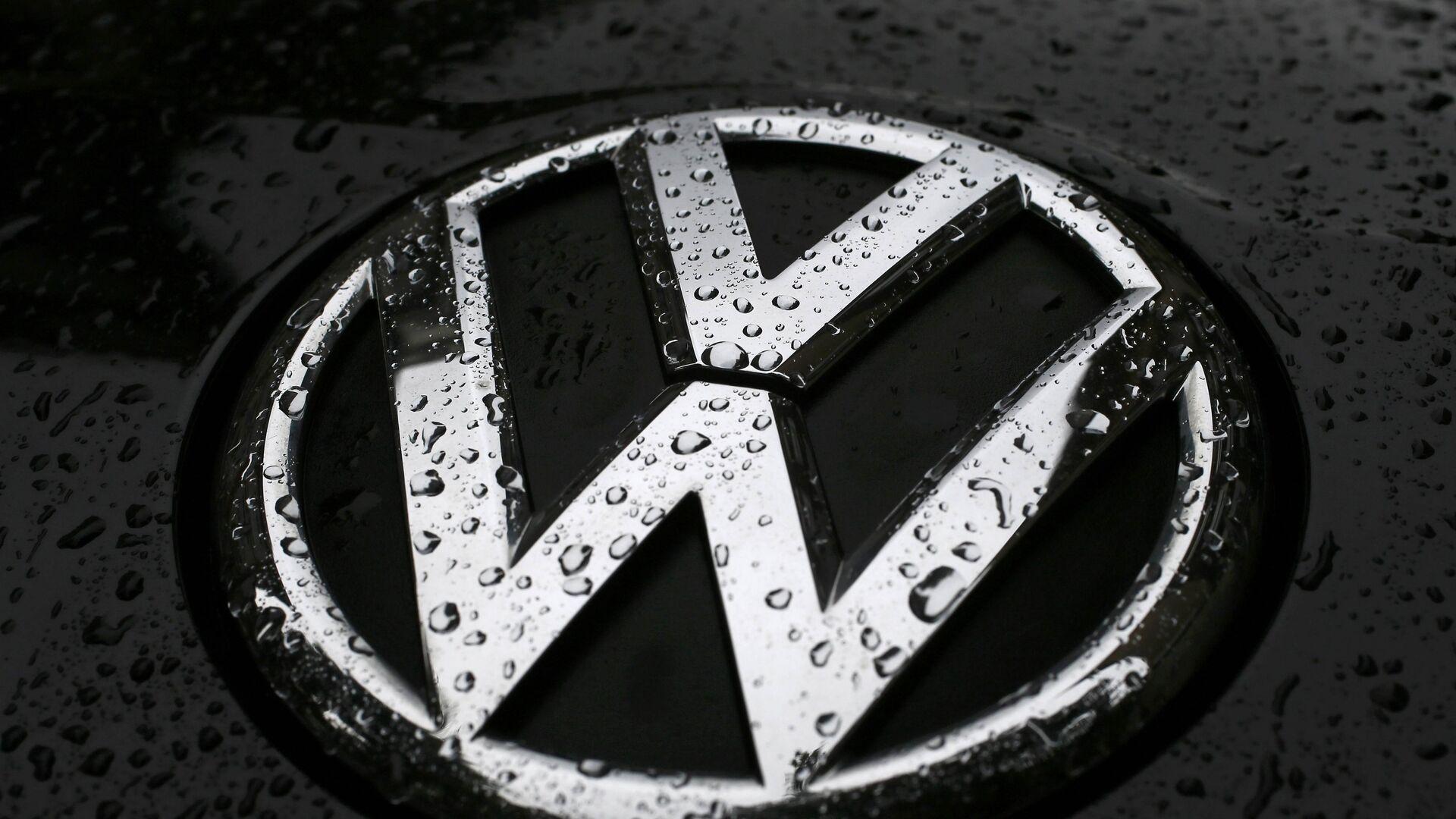Raindrops are seen on the badge of a diesel Volkswagen Passat in central London, Britain September 22, 2015 - Sputnik Mundo, 1920, 09.06.2021