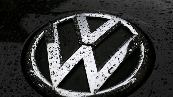 Raindrops are seen on the badge of a diesel Volkswagen Passat in central London, Britain September 22, 2015 - Sputnik Mundo
