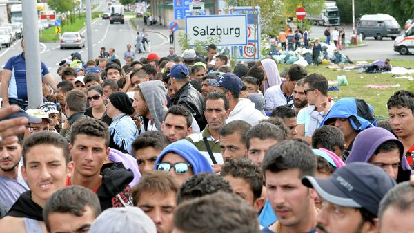 Refugiados están esperando en la frontera entre Austria y Alemania después de que han sido parados por la policía en Salzburgo, Austria - Sputnik Mundo