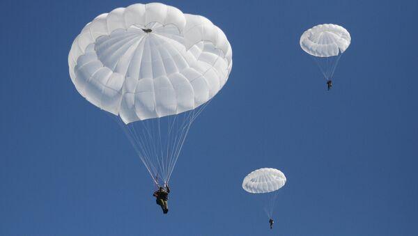 Paracaidistas militares (imagen referencial) - Sputnik Mundo