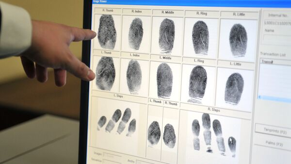 An employee of the Guatemalan Interior Ministry shows how fingerprints are taken during the presentation of the Automated Fingerprint Identification System (AFIS) in Guatemala City - Sputnik Mundo