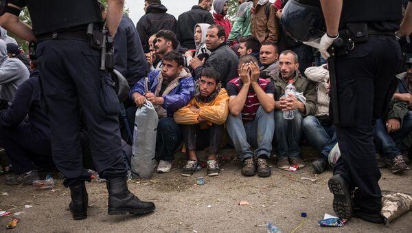 Policías croatas y los refugiados - Sputnik Mundo