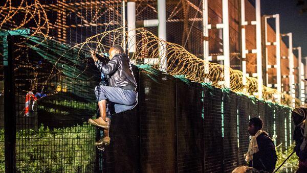 Migrantes tratan de escalar el Eurotúnel para llegar al Reino Unido - Sputnik Mundo