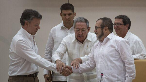 El presidente de Cuba, Raúl Castro, el presidente de Colombia, Juan Manuel Santos (izda.), y el  jefe de las FARC, Rodrigo Londoño Echeverri - Sputnik Mundo