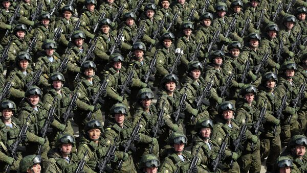 Russian soldiers march during a rehearsal of the Victory Day Parade in Alabino, outside Moscow, on April 22, 2015 - Sputnik Mundo