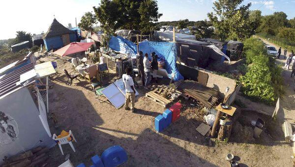 Campo de refugiados en Calais, Francia - Sputnik Mundo
