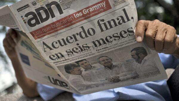 Un hombre leyendo un periódico - Sputnik Mundo