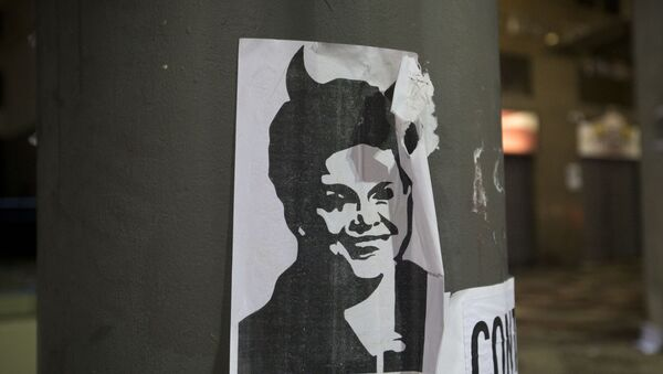 Una imagen de la presidenta de Brasil, Dilma Rousseff, con cuernos de diablo - Sputnik Mundo