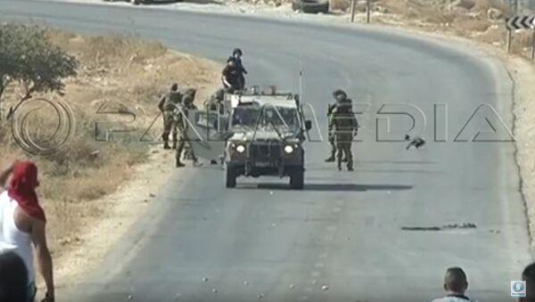 Soldados israelíes agreden a dos reporteros en Cisjordania - Sputnik Mundo