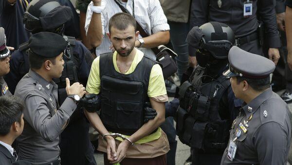 Adem Karadag, ejecutor del atentado del 17 de agosto en Bangkok, acompañado por las policías, el 26 de septiembre, 2015 - Sputnik Mundo