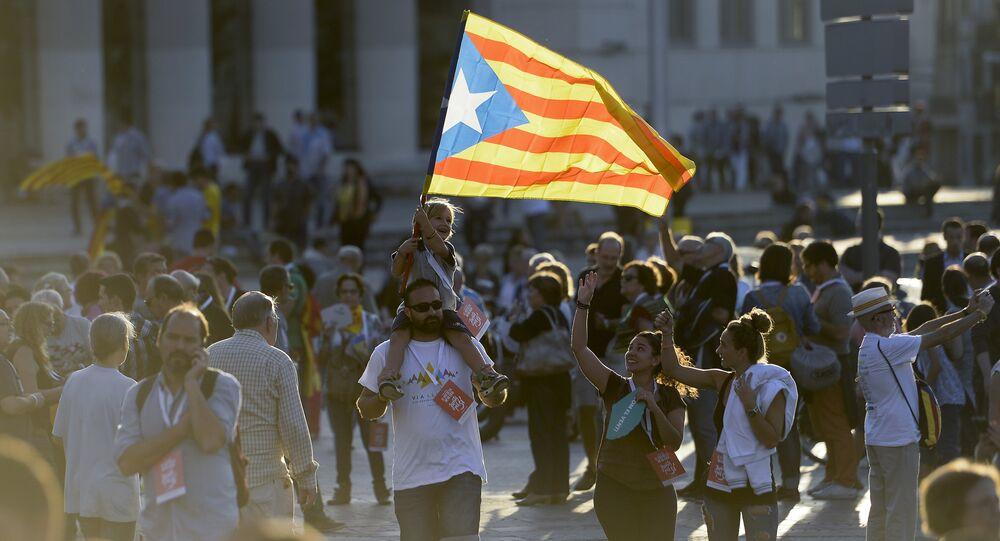 Gente con bandera de Cataluña