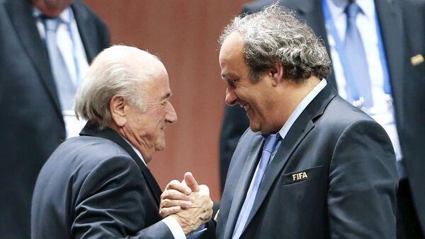 Joseph Blatter (izda.) y Michel Platini - Sputnik Mundo