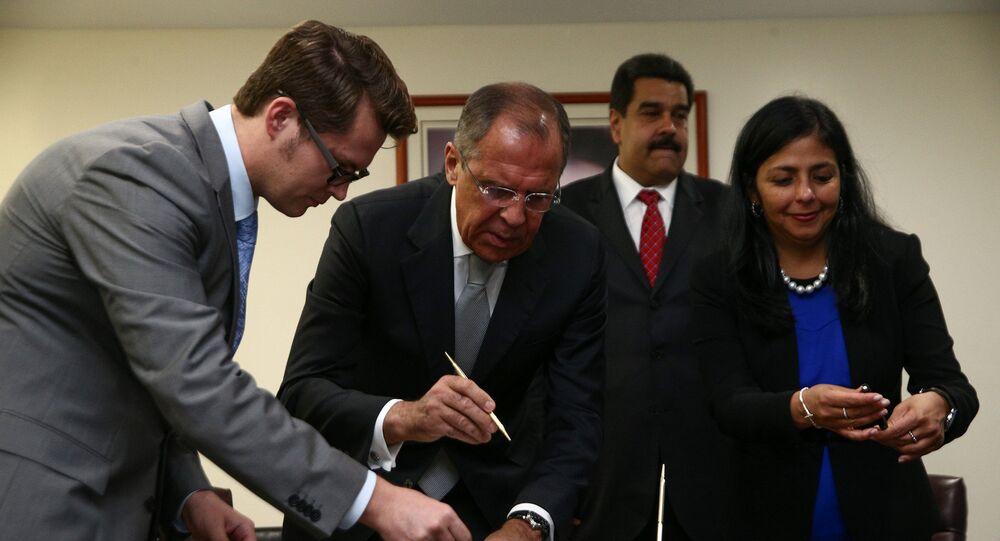 Los cancilleres de Rusia y Venezuela, Serguéi Lavrov y Delcy Rodríguez, firman un acuerdo colectivo