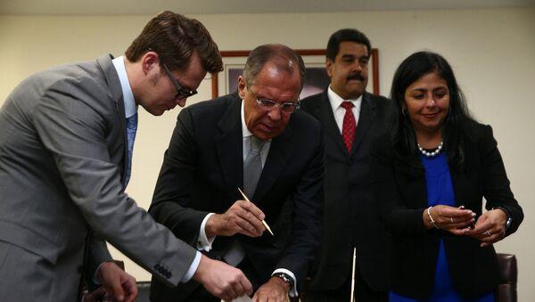 Los cancilleres de Rusia y Venezuela, Serguéi Lavrov y Delcy Rodríguez, firman un acuerdo colectivo - Sputnik Mundo