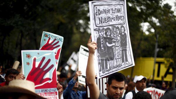 Manifestación en memoria de un año de la masacre de los estudiantes de magisterio rural de Ayotzinapa - Sputnik Mundo