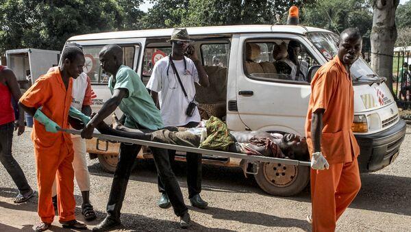 Un hombre herido durante los disturbios en Bangui - Sputnik Mundo